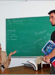 Секс студента-заочника и похотливой преподавательницы в возрасте - фото #1