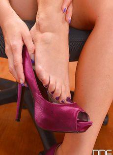 Светловолосая сучка с красивыми ножками расслабляется в кабинете - фото #3