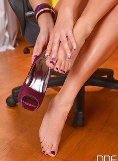 Светловолосая сучка с красивыми ножками расслабляется в кабинете - фото #6