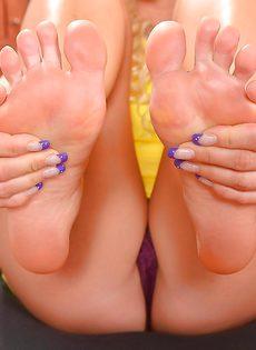 Светловолосая сучка с красивыми ножками расслабляется в кабинете - фото #8