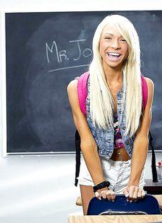 Миниатюрная студентка закрылась в классе и разделась догола - фото #2