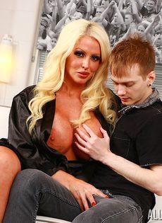 Милфа Alura Jenson соблазнила на секс молоденького пацана - фото #3