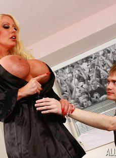 Милфа Alura Jenson соблазнила на секс молоденького пацана - фото #5