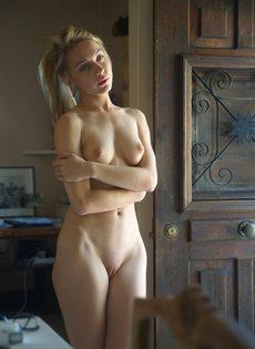 Эротические фото обворожительной любвеобильной молодушки - фото #11