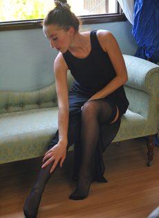 Сексапильная стройная девушка с красивой интимной стрижкой на лобке - фото #1