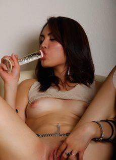 Молодая брюнетка водит стеклянной секс игрушкой по бритой киске - фото #18