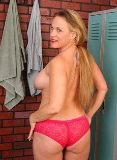 Спортивная женщина с большими сиськами позирует в раздевалке - фото #9