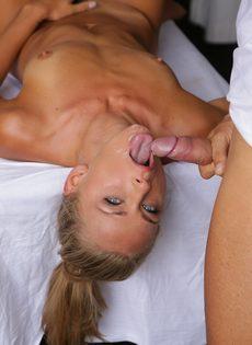 Молодушка классно сосет половой член массажиста - фото #14