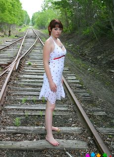 Девушка в белом сарафане фотографируется на железнодорожных путях - фото #1