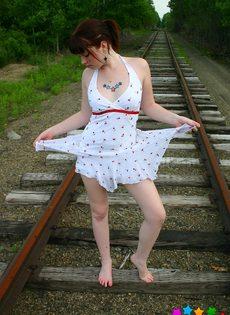 Девушка в белом сарафане фотографируется на железнодорожных путях - фото #4