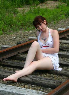 Девушка в белом сарафане фотографируется на железнодорожных путях - фото #10
