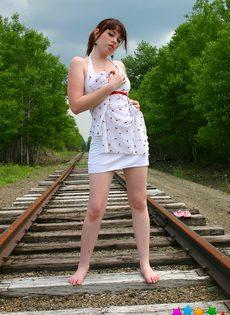 Девушка в белом сарафане фотографируется на железнодорожных путях - фото #11