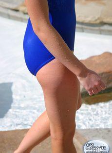 Совершеннолетняя симпатичная девушка в синем купальнике - фото #9
