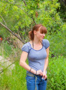 Похотливая девушка отдыхает возле реки совершенно одна - фото #3