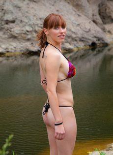 Похотливая девушка отдыхает возле реки совершенно одна - фото #6