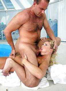 Искупались в бассейне и занялись бурным половым актом - фото #8