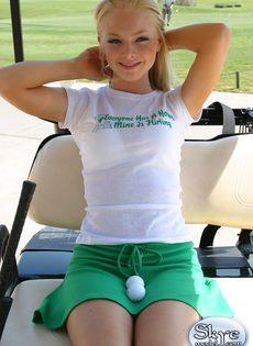 Очаровательной блондинке надоело играть в гольф - фото #1