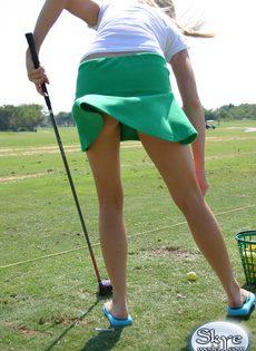 Очаровательной блондинке надоело играть в гольф - фото #3