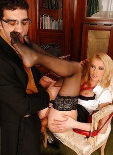 Горячая блондинка в черных чулках соблазняет мужика на секс - фото #8