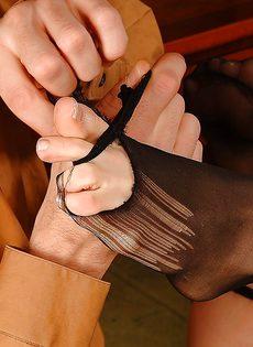 Горячая блондинка в черных чулках соблазняет мужика на секс - фото #10