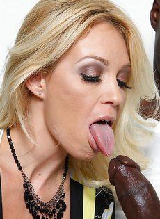 Темнокожий парень кончает спермой в рот большегрудой блондинки - фото #2