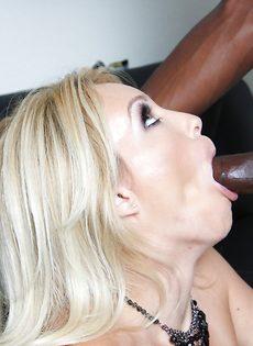 Темнокожий парень кончает спермой в рот большегрудой блондинки - фото #5