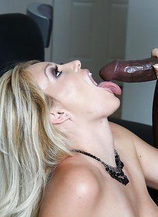 Темнокожий парень кончает спермой в рот большегрудой блондинки - фото #14
