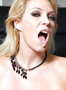 Темнокожий парень кончает спермой в рот большегрудой блондинки - фото #16