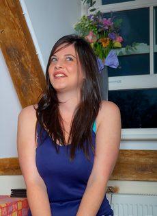 Аппетитная брюнетистая девушка в красивом нижнем белье - фото #2