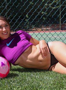 Смазливая футболистка с шикарной попой и красивыми сиськами - фото #1