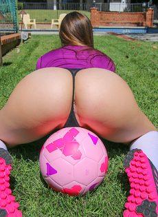Смазливая футболистка с шикарной попой и красивыми сиськами - фото #3