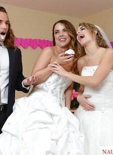 Свадебное порно с двумя шикарными девушками в белых чулках - фото #2