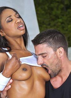Сексуальную темнокожую девушку трахнули в рот и во влагалище - фото #3