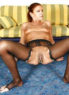 Откровенная женщина в черных чулках показывает пирсинг на пизде - фото #16