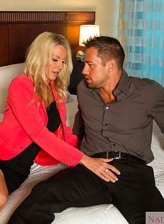 Секс зрелой женщины Emma Starr и мускулистого чувака в гостинице - фото #1