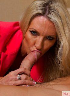 Секс зрелой женщины Emma Starr и мускулистого чувака в гостинице - фото #2