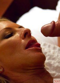 Секс зрелой женщины Emma Starr и мускулистого чувака в гостинице - фото #12