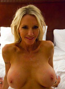 Секс зрелой женщины Emma Starr и мускулистого чувака в гостинице - фото #14