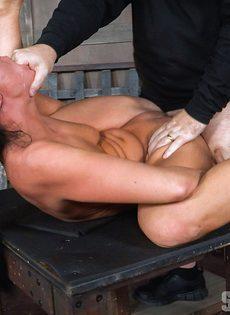 Мужики жестко трахают гибкую брюнетку с двух сторон - фото #13