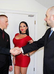Перед сексом гламурная домохозяйка пососала член полового партнера - фото #1