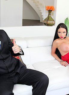 Перед сексом гламурная домохозяйка пососала член полового партнера - фото #3