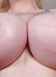 Сексуальная татуированная чертовка с большими круглыми сиськами - фото #7