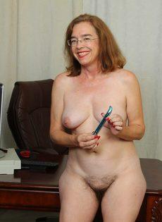 Американская старушка мастурбирует волосатую вагинальную дырку - фото #10
