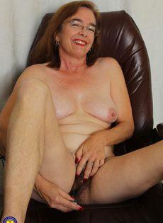 Американская старушка мастурбирует волосатую вагинальную дырку - фото #14