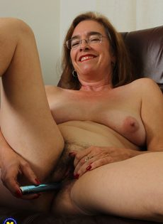 Американская старушка мастурбирует волосатую вагинальную дырку - фото #15