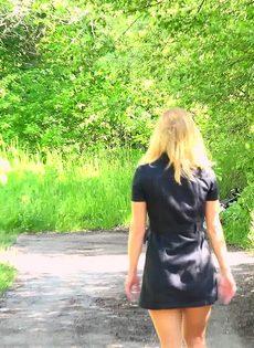 Блондинке приспичило по-маленькому прямо на улице - фото #15