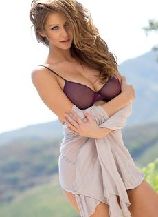 Восхитительная девушка с шикарной грудью позирует на свежем воздухе - фото #1
