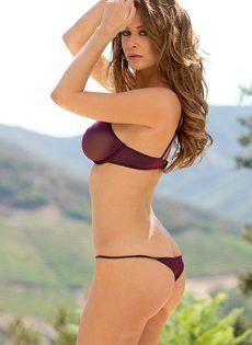 Восхитительная девушка с шикарной грудью позирует на свежем воздухе - фото #2