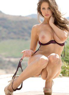 Восхитительная девушка с шикарной грудью позирует на свежем воздухе - фото #4