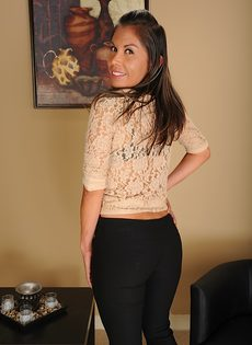 Латинская зрелая женщина не постеснялась продемонстрировать дырки - фото #3